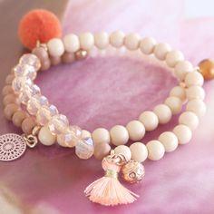 "Deze zomerse look is gemaakt met de leukste kraaltjes in schitterende ""peach"" & ""coral tinten"". Love it! Cute Jewelry, Jewelry Ideas, Gemstone Beads, Beaded Bracelets, Gemstones, Crafts, Diy, Accessories, Jewellery"
