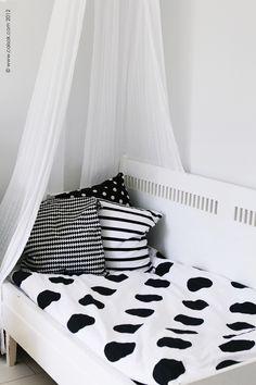 wat kind of kids want a Black & White room?? stupid fashionista parents are stupid!