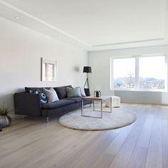 1-stav Eik Svalbard, børstet og hvitmattlakket er et parkettgulv med en gråhvit farge med brune/varme undertoner. Fargen gir et lyst innemiljø og en god romfølelse Contemporary, Grey, Table, Furniture, Home Decor, Lily, Modern, Homemade Home Decor, Gray