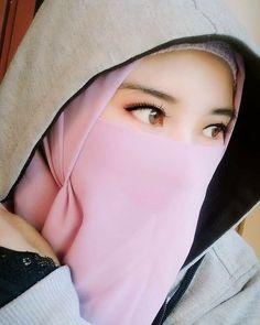 Pin Image by Stuff Fashion Beautiful Hijab Girl, Beautiful Muslim Women, Hijabi Girl, Girl Hijab, Hijab Chic, Casual Hijab Outfit, Hijab Jeans, Niqab Fashion, Muslim Beauty