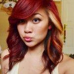 Pour souligner le look jeune et funky de cette femme, le coiffeur a appliqué une coloration roux foncé dans ses longs cheveux ondulés, mais ...