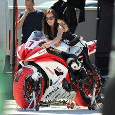 Female Motorcycle Riders, Motorbike Girl, Motorcycle Girls, Lady Biker, Biker Girl, Super Bikes, Yamaha Bikes, Yamaha R1, Bike Leathers