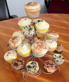 Die große Geburtstags-Cupcake-Sause   Für 12 Cupcakes 1 Packung #Oreo-Kekse (176 g, 16 Cookies) 250 g Doppelrahmfrischkäse 90 g Zucker 1/2 Tl #Vanilleextrakt 2 große #Eier 75 g #Saure #Sahne