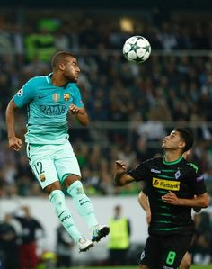 Barcelona's Brazilian midfielder Rafinha (L) and Moenchengladbach's midfielder Mahmoud Dahoud vie for the ball during the UEFA Champions League first-leg group C football match between Borussia Moenchengladbach and FC Barcelona at the Borussia Park in Moenchengladbach, western Germany on September 28, 2016. / AFP / Odd ANDERSEN