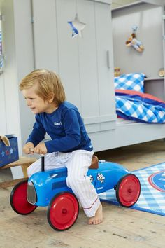 blauwe retro trapauto lief! lifestyle uit de collectie voor Leen Bakker. Mooie blauwe loopwagen met rode wielen. Gespot op http://babykamer-jongen.nl
