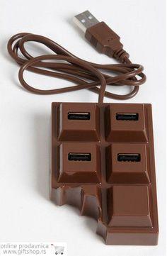 Giftshop:: Proizvodi :: USB razvodnik čokolada  http://www.klikergiftshop.rs/products/view/1736/usb-razvodnik-cokolada  Slastan zalogaj ukusne čokolade koji će Vam osim zazubica doneti i pravo olakšanje ukoliko ste kompjuteraš sa previše posla. Sa 4 USB porta, 2.0 prenosom podataka, na dohvat ruke su Vam i brzina i slobodni portovi - samo nemojte pokušavati da ga gricnete, iako izgleda kao da neko već jeste!