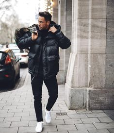 Se protejam do frio com muito estilo usando uma jaqueta puffer. Vejam tudo sobre este tipo de jaqueta masculina no blog Marco da Moda - Foto: Daniel Magic Fox Casual Winter Outfits, Fresh Outfits, Best Mens Winter Jackets, Winter Puffer Jackets, Cold Weather Fashion, Winter Fashion, Best Puffer Jacket, Outfits Hombre, Best Mens Fashion