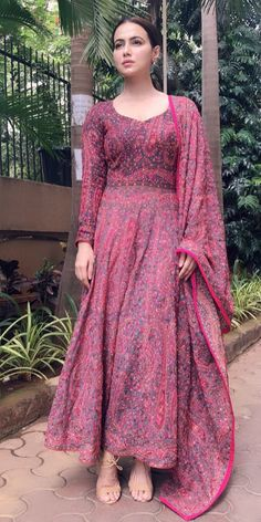 Kurtis neck designs for stylish look - Simple Craft Ideas Indian Party Wear, Indian Wedding Outfits, Indian Outfits, Anarkali Dress, Pakistani Dresses, Indian Dresses, Kalamkari Dresses, Kalamkari Kurti, Indian Designer Suits