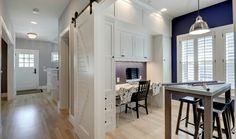 coin bureau à la maison, table haute et chaises de bar et une porte de grange coulissante