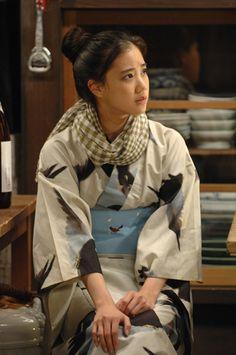 Yu Aoi: 蒼井 優 (born August in 'Osen. Kimono Japan, Yukata Kimono, Japanese Kimono, Yu Aoi, Japanese Outfits, Japanese Fashion, Geisha, Cute Kimonos, Modern Kimono