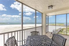 Carlos Pointe 536 Fort Myers Beach (Florida) Carlos Pointe 536 offers accommodation in Fort Myers Beach, 26 km from Fort Myers. The property is 31 km from Naples and free private parking is provided.  A dishwasher and an oven can be found in the kitchen.