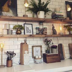 Küche mit weißen Fliesen und einem Regal in Naturholz. Kitchen with white tiles and a shelf in natural wood. Kitchen Shelves, Kitchen Tiles, New Kitchen, Kitchen Decor, Kitchen Small, Kitchen Lamps, Kitchen White, Kitchen Corner, Kitchen Paint