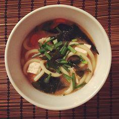 """""""Miso-Suppe - japanische Fischsuppe - #Dashi (Fischsud), #Miso (Sojabohnenpaste), #Tofu, #Wakame (dünne grüne Meeresalgen), #Karotten, #Frühlingszwiebeln…"""""""