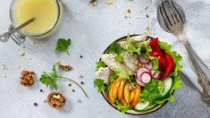 Om een simpele salade om te toveren tot een heerlijke salade, heb je maar één ding nodig: een lekkere dressing. Een mix van kruiden, olie en andere smaakmakers maakt of kraakt het groenvoer op je bord. Maar hoe maak je een dressing die je salade naar een hoger plan tilt? En welke dressings zijn altijd een succes?