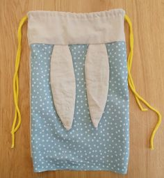 #Tuto : Un Sac à dos Lapinou - Les Aventures des Petits Pois Baby Diy Projects, Sewing Projects, Christmas Crafts Sewing, New Yorker Mode, Baby Friends, Potli Bags, Baby Couture, Baby Necessities, String Bag