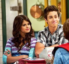 Justin and Alex like to match & coordinate their clothes. David Henrie, Wizards Of Waverly Place, Alex Russo, American Idiot, Disney Wallpaper, Disney Stars, Marie Gomez, Disney Channel, 2000s