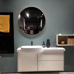 Die weißen Bäder unserer Kindheit sind passé, Interior Designer haben das Badezimmer entdeckt und es in wohnliche Wohlfühloasen transformiert, die unseren Bedürfnissen nach atmosphärischer Qualität, dem Wunsch nach Wohnlichkeit und Wellness entsprechen.  Wie das Badezimmer als privater Rückzugsort aussehen kann, zeigen wir Ihnen hier:  Interior Designer entwickeln wohnliche Farbkonzepte für das Badezimmer Boris Bandyopadhyay // www.bandyopadhyay.de Master Bedroom, Bedroom Decor, Modern Kitchen Design, Interior Design, Mirror, White Bathrooms, Wellness, Beautiful Dogs, Inspiration