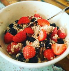 Summer oatmeal  Cup of fresh blueberrys Cup of strawberrys A hand of organic raisins Cup of organic oatmeal Cup of almond milk 1 spoon of cinnamon 1 spoon of linseed  Heat the milk and mix al in a bowl. Et voila! Bonne appétit