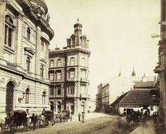 Ferenciek tere, szemben a Károlyi (Egyetem) utca, balszélen az Egyetemi Könyvtár. A felvétel 1876-1884 között készült. A kép forrását kérjük így adja meg: Fortepan / Budapest Főváros Levéltára. Levéltári jelzet: HU.BFL.XV.19.d.1.06.054