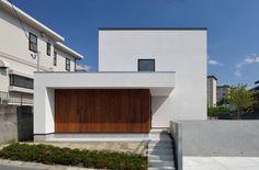 株式会社ブレッツァ・アーキテクツが手掛けた本住宅は、周囲の街並みに合わせたスケール感や、訪れる人を包み込むような温かさを…