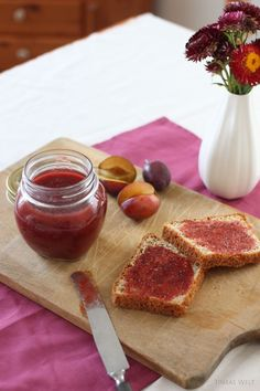 Tinkas Welt: Honig - Pflaumenmus auf selbst gebackenem Toastbrot am Morgen