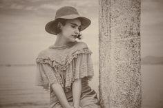 No curta, que passa por financiamento coletivo para a submissão em festivais internacionais, uma jovem do século passado se depara com a Baía poluída