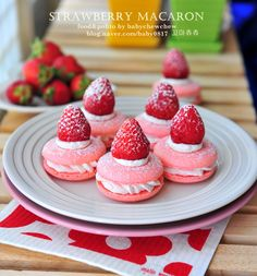 Köstliche Desserts, Delicious Desserts, Dessert Recipes, Macarons, Strawberry Macaron, Macaroon Recipes, Good Food, Yummy Food, Coffee Cafe