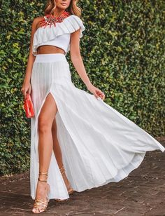 White pleated maxi skirt and white top Moda Tropical, All White Party Outfits, Fiesta Outfit, Poses Photo, Tropical Fashion, Look Boho, Chiffon Skirt, Pleated Maxi, Rock