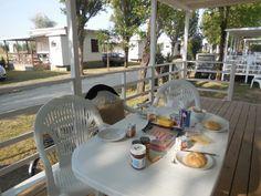 Tipp: das Frühstück am besten ungestört auf der Terrasse genießen! #maxicaravan #campingcasavio #italien