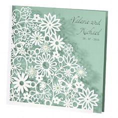 Perlmutt-schimmernde Einladungskarte aus sorgfältig ausgeschnittenen Ranken- und Blumenmustern. Zudem veredeln einzelne Strasssteinchen die Blumen