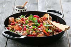 SPICY NUDELSALAT MED LAKS New Menu, Kung Pao Chicken, Paella, Food And Drink, Chinese, Fish, Ethnic Recipes, Spinach, Red Peppers