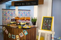 """salada de fruta na casquinha de sorvete, espetinhos de frutas, """"Porco Espinho"""" de uva, """"Banana Pirata"""" e barquinhos de melão foram alguns dos itens dessa mesa saudável!"""