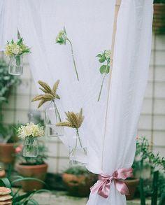Pura delicadeza: as plantas, aqui, estão dentro de potes de vidros reutilizados e compõem uma bela cena ao lado das cortinas