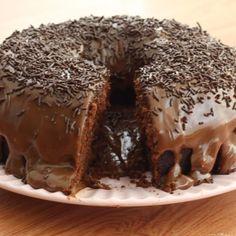 Bolo de Chocolate Molhadinho (super fácil) - Uma receita de bolo de chocolate tão fácil de fazer que você nem vai acreditar o quanto fica gostosa. Experimente!