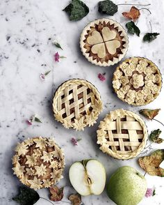 "3,051 curtidas, 98 comentários - Sayo_R (@sayo_rk) no Instagram: ""日本語⬇️ Mini apple pies🍎 before being baked... Happy Saturday guys😘 ! .. ..…"""