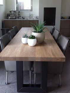 Pin van Solange Lapierre op Cuisine in 2020 Home Living Room, Wood Dining Table, Rustic Dining Chairs, Kitchen Decor, Small Dining Table, Dining Room Decor, Dining Room Inspiration, Dining Room Table, Contemporary Dining Room Design