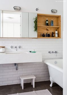 34-decoracao-banheiro-branco-subway-tiles-banheira-antiga