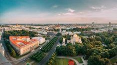 Riga – ein Ort, der die Jahrhunderte vereint Riga ist eine Stadt, in der Kirchen, mittelalterliche Gebäude in der Altstadt, Beispiele des Jugendstils und Holzhäuser besichtigt werden können. Videos Riga, Kirchen, Tv Videos, Paris Skyline, Travel, Heritage Site, Wooden Cottage, Old Town, Art Nouveau