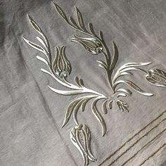 Laleli model salon takımımız 💕 #sırma #sırmaçanta #maraşişi #antepişi #salontakımı #ceyiz #çeyizim #seccade #seccadetakimi #sabahliktakimi… Herb Embroidery, Bead Embroidery Patterns, Flower Embroidery Designs, Gold Embroidery, Sewing Patterns, Point Lace, Ethnic Patterns, Gold Work, Bargello