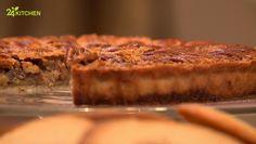 İrmikle hazırlanan en güzel tatlılardan biri bugün günün tarifinde! İç harcından süslemesine kadar çıtır çıtır sürpriz lezzetlerle bezeli bu tartın ağzında bıraktığı nefis aromanın sebebiyse akçaağaç şurubu…