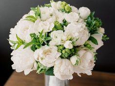 blumensträuße-mit-wunderschönen-blumen-dekoration-deko-mit-blumen-weiß-und-grün