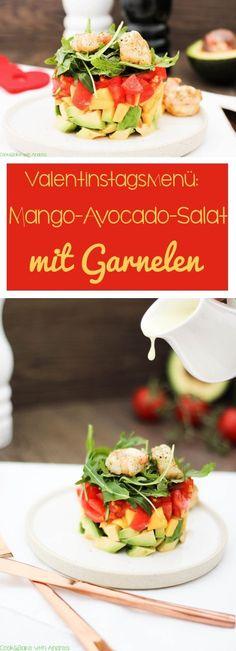 Zum Valentinstag gibt's bei mir ein leckeres 3-Gänge-Menü, angefangen mit diesem Mango-Avocado-Salat mit Garnelen! #valentinstag #menü #3gänge #vorspeise #salat #mango #avocado #tomaten #dressing #garnelen #rezept #blog #foodblog #candbwithandrea #candbfood #liebe