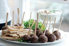 Řecké masové kuličky s dipem z fety a ořechů   Apetitonline.cz Dip, Almond, Party, Recipes, Food, Salsa, Recipies, Essen, Almond Joy