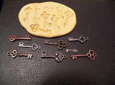 Flexible Mold- 8 Steampunk Vintage keys- Food safe, dollhouse, minis, mixed media scrapbooking. $10.00, via Etsy.