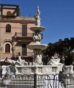 .La fontaine d'Orion, située en face de la cathédrale, a été conçue au XVIe siècle par un élève de Michel-Ange. C'est l'une des plus belles fontaines de cette époque. Elle est ornée de scènes mythologiques.