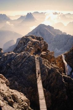 Hangbrug op de Sentiero Ferrato Ivano Dibona – Monte Cristallo, Dolomieten, Italië: met een prachtig uitzicht over de Dolomieten…
