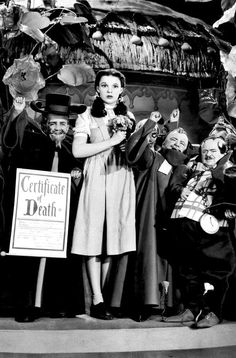 Judy Garland ~ The Wizard of Oz, 1939 Old Hollywood Glamour, Golden Age Of Hollywood, Classic Hollywood, Wizard Of Oz Movie, Wizard Of Oz 1939, Judy Garland Liza Minnelli, Concert Stage, Album Of The Year, American Actress