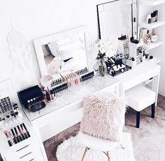 Modern Marble Bedroom Decoration Ideas to Steal Picture 22 Vanity Room, Vanity Decor, Sala Glam, Rangement Makeup, Marble Bedroom, Home Interior, Interior Design, Marble Vanity Tops, Marble Top