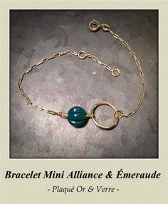 """Bracelet """"Mini Alliance Emeraude"""" en plaqué or et perle de verre couleur émeraude. Création : Le Bazar Exquis.  En vente ici : http://www.bazar-exquis.com/bracelets-le-bazar-exquis-de-victoria-de-bouchony/173-bracelet-or-mini-alliance-emeraude.html"""
