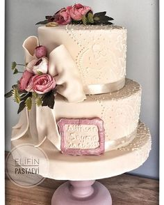 Royalicing işlemeli nişan pastası #evedeso #eventdesignsource - posted by elifin pasta evi https://www.instagram.com/elifin_pastaevi. See more Wedding Cake Designs at http://Evedeso.com